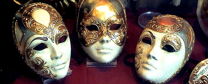 Rápidamente sobre la persona la máscara